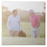 Hombres que tiran de los carros de golf azulejo cuadrado grande