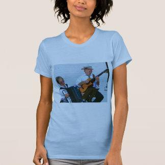 Hombres que tocan el acordeón y la guitarra t shirt