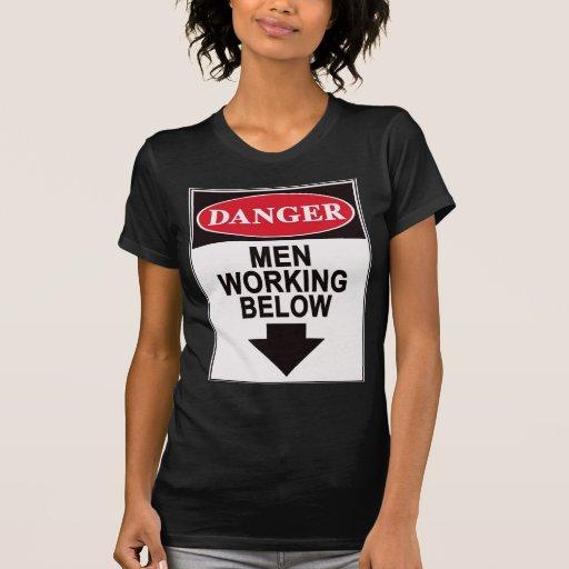 Hombres que trabajan debajo de la camiseta playeras