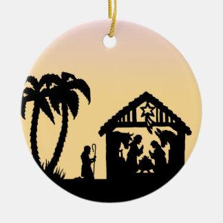Hombres sabios de la silueta de la natividad en el adorno navideño redondo de cerámica