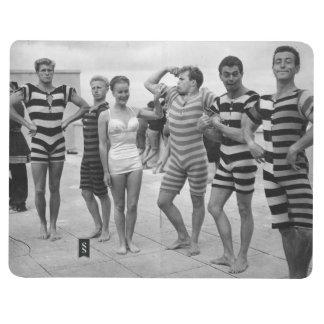 Hombres torpes del vintage en bañadores con la muj