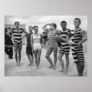 Hombres torpes del vintage en bañadores con la muj posters