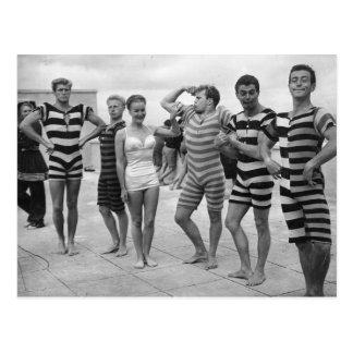 Hombres torpes del vintage en bañadores con la tarjeta postal