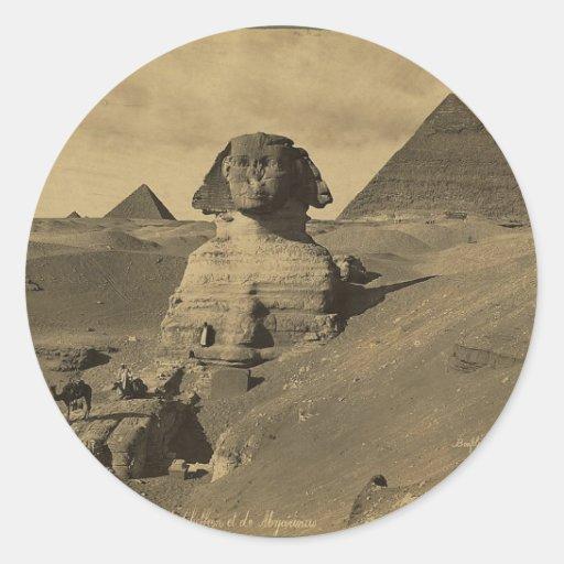 Hombres y camellos en la pata de la esfinge, pegatina redonda