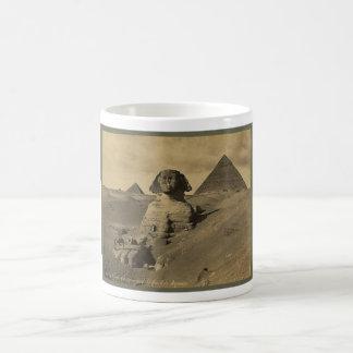 Hombres y camellos en la pata de la esfinge pirám taza de café