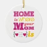 Home is where your mom is adorno navideño redondo de cerámica