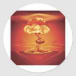 Hongo atómico de la explosión nuclear etiquetas redondas