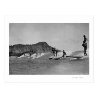 Honolulu, Hawaii - personas que practica surf de Postal