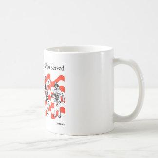 Honrando a los que sirvieron taza clásica