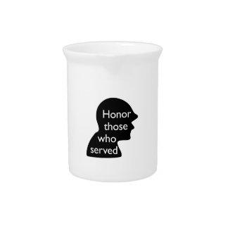 Honre a los que sirvieron jarrones