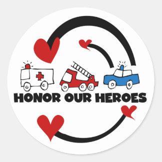 Honre nuestras camisetas y regalos de los héroes etiqueta redonda