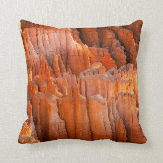 Hoodoos de la roca en luz de la mañana cojín