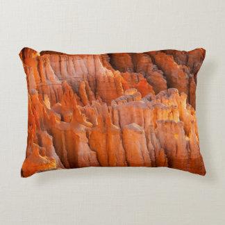 Hoodoos de la roca en luz de la mañana cojín decorativo