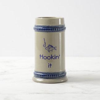 hookin fishing stein 18 oz beer stein