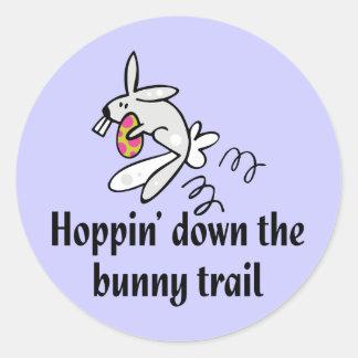 Hoppin abajo del rastro del conejito pegatina redonda