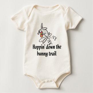 Hoppin abajo del rastro del conejito trajes de bebé