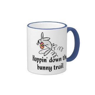 Hoppin abajo del rastro del conejito taza a dos colores