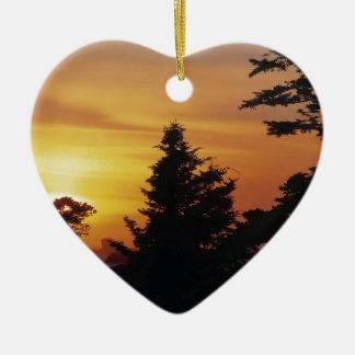 Hora de acostarse de la puesta del sol de los árbo ornamente de reyes