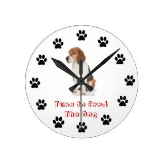 Hora de alimentar el beagle del perro reloj redondo mediano
