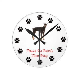 Hora de alimentar el Pinscher del Doberman del per Relojes De Pared