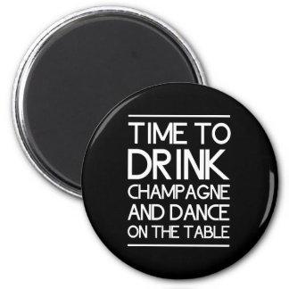 Hora de beber Champán y de bailar en la tabla Imán Redondo 5 Cm