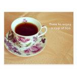 Hora de gozar de una taza de té tarjeta postal