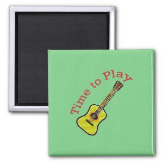 Hora de tocar la guitarra acústica - fondo verde imán de frigorífico