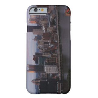 Horizonte aéreo de Pittsburgh en la puesta del sol Funda Para iPhone 6 Barely There