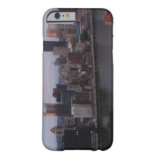 Horizonte aéreo de Pittsburgh en la puesta del sol Funda Barely There iPhone 6