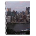Horizonte aéreo de Pittsburgh en la puesta del sol Libro De Apuntes Con Espiral