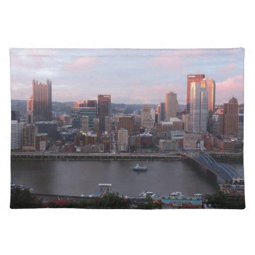 Horizonte aéreo de Pittsburgh en la puesta del sol Mantel Individual