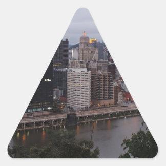 Horizonte aéreo de Pittsburgh en la puesta del sol Calcomanías De Triangulos Personalizadas
