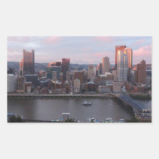 Horizonte aéreo de Pittsburgh en la puesta del sol Pegatina Rectangular