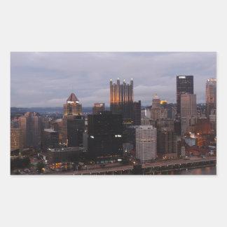 Horizonte aéreo de Pittsburgh en la puesta del sol Rectangular Pegatinas