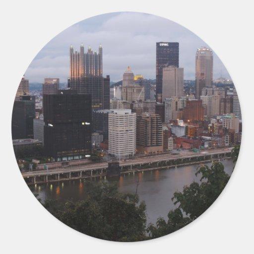 Horizonte aéreo de Pittsburgh en la puesta del sol Pegatina Redonda