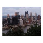 Horizonte aéreo de Pittsburgh en la puesta del sol Postal