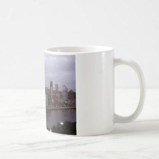 Horizonte aéreo de Pittsburgh en la puesta del sol Taza De Café