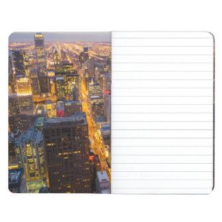 Horizonte céntrico de Chicago en la oscuridad Cuaderno