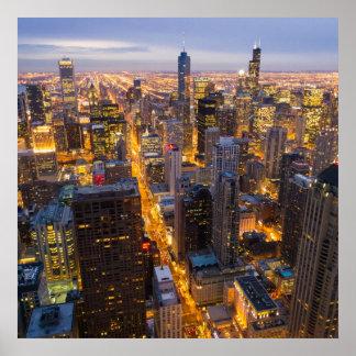 Horizonte céntrico de Chicago en la oscuridad Póster