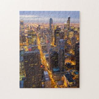 Horizonte céntrico de Chicago en la oscuridad Puzzles Con Fotos