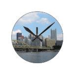 Horizonte céntrico de Pittsburgh Reloj Redondo Mediano