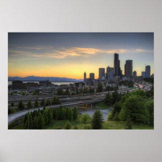 Horizonte céntrico de Seattle en la puesta del sol Poster