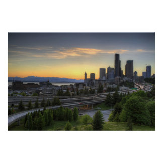 Horizonte céntrico de Seattle en la puesta del sol Póster