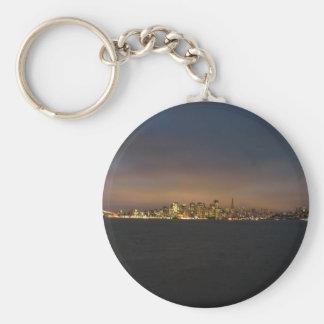 Horizonte con resplandor iluminado de la ciudad en llaveros personalizados