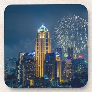 Horizonte de Bangkok en el panorama de la noche de Posavasos De Bebida