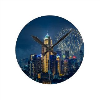 Horizonte de Bangkok en el panorama de la noche de Reloj Redondo Mediano