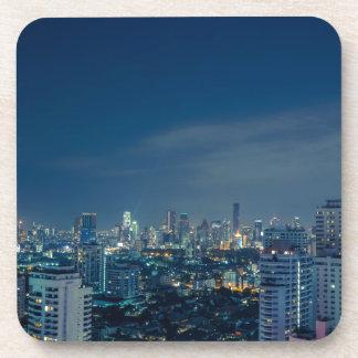 Horizonte de Bangkok en el panorama de la noche Posavaso