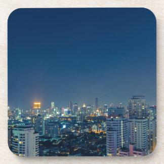 Horizonte de Bangkok en el panorama de la noche Posavasos De Bebida