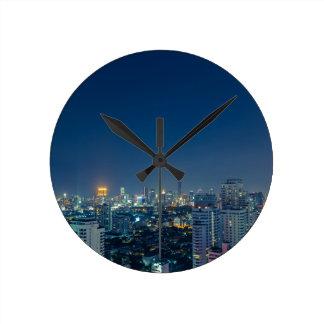 Horizonte de Bangkok en el panorama de la noche Reloj Redondo Mediano