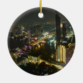 Horizonte de Bangkok en la noche Adorno Navideño Redondo De Cerámica